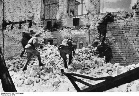 ADN-ZB/SNB/ II. Weltkrieg 1939-45 Die Stalingrader Schlacht begann im Juli 1942. In erbitterten, beiderseits verlustreichen Kämpfen wehrte die Rote Armee das weitere Vordringen der faschistischen Truppen ab. Während der sowjetischen Gegenoffensive im November 1942 wurden über 300 000 Mann eingeschlossen. Die Reste dieser Verbände, etwa 91 000 Mann, kapitulierten am 31.1. und 2.2.1943 Rotarmisten einer Sturmgruppe kämpfen um eine Ruine in Stalingrad.