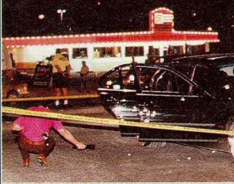 Shakur zemře v autě po střelné ráně v Las Vegas.