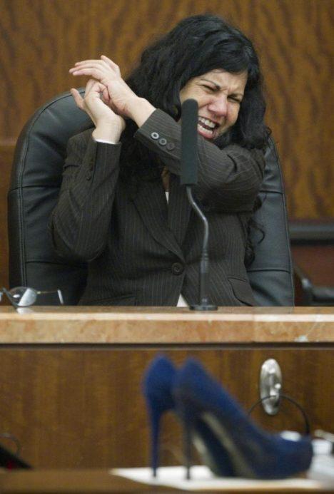Anna Trujillová u soudu, v popředí vražedná zbraň s chomáči vlasů a celá zamazaná od krve.