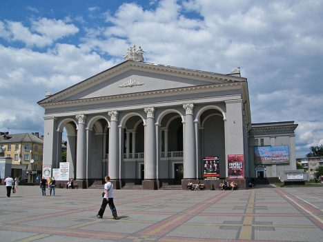 800px-Ровно._Музыкально-драматический_театр.