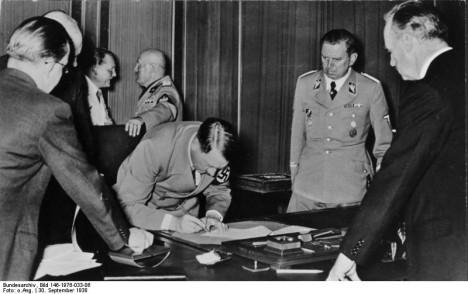 Adol Hitler při podpisu mnichovské dohody 30. září 1938. Ani o této události si žádný deník nevedl.