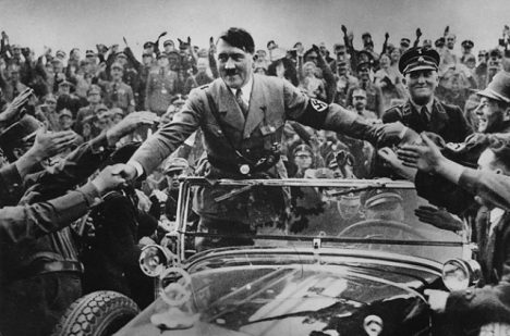 Adolf_Hitler v davu