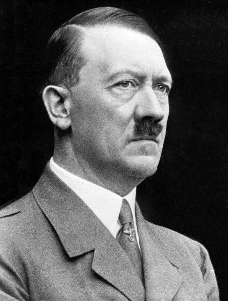 Nacistický vůdce si život vezme sám.