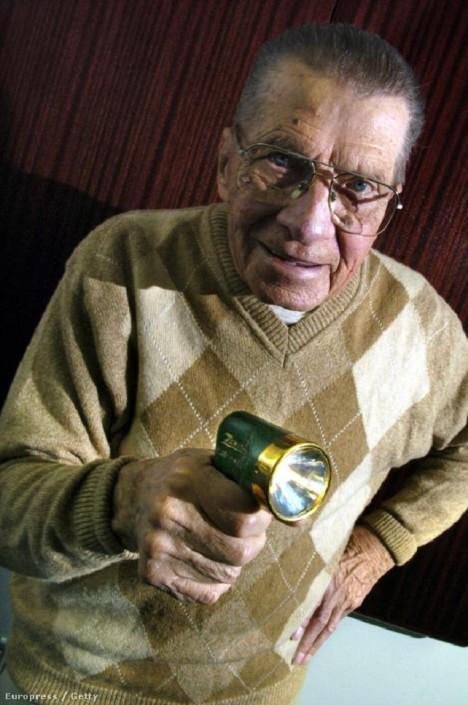 Američan Eugene Polley zkonstruuje přístroj velmi podobný pistoli.