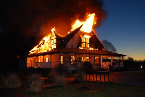 Při požáru v domech a bytech vám hrozí větší nebezpečí od hromadícího se kouře, než od plamenů. Proto se snažte držet u země, kde je kouře méně. Pokud zpozorujete dým procházející například škvírou pode dveřmi, utěsněte ji hadrem či kusem oblečení. Když se snažíte z domu utéct, vždy vyzkoušejte dveře pokojů před otevřením, zda nejsou horké. V takovém případě je rozhodně neotvírejte, podtlak a nová dávka kyslíku by vám plameny poslaly rovnou do obličeje.