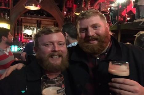 Oba muži se spřátelili a vyrazili na pivo.