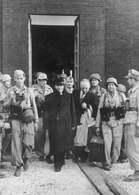 Celá akce trvá sotva čtyři minuty. Cíl mise byl splněn - Mussolini je na svobodě.