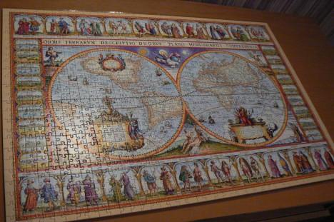 Cesta k dnešní podobě puzzle nebyla příliš dlouhá. Už v roce 1870 se objevuje stroj schopný na vyřezávání dílků skládačky.