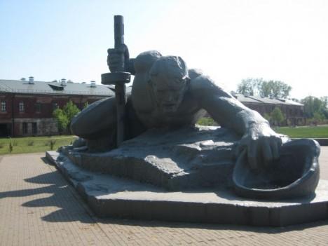 Chrabrý odpor sovětských vojáků dnes připomíná působivý památník.