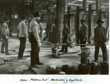 Dělníci pracují v továrně v naprosto otřesných podmínkách.