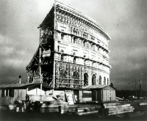 Dřevěný model podoby gigantické haly určené pro nacistické sjezdy.