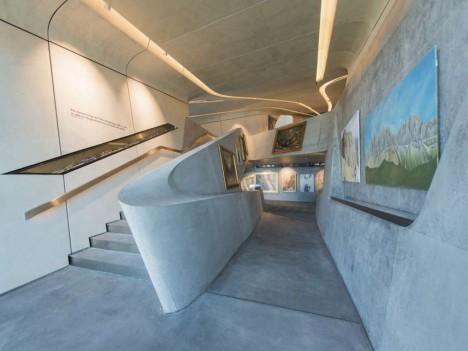 Interiér je stejně futuristický jako vnější podoba muzea, betonové zdi mají tloušťku 50 centimetrů.