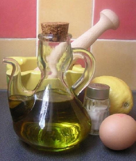 Do majonézy se používá olej. Údajně měl nahradit smetanu, která nebyla k dispozici.