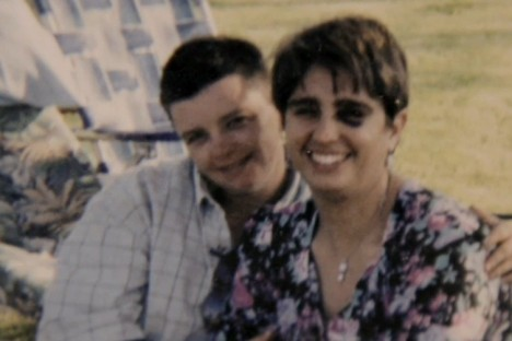 Elizabeth Rudavská (v pravo) musela lhát o modřinách své rodině.