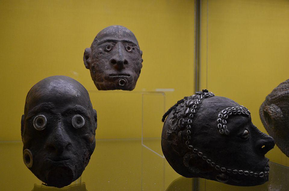 Některé etnické skupiny na Nové Guineji doplňovaly lebky svých předků a nepřátel podle jejich živého vzhledu.
