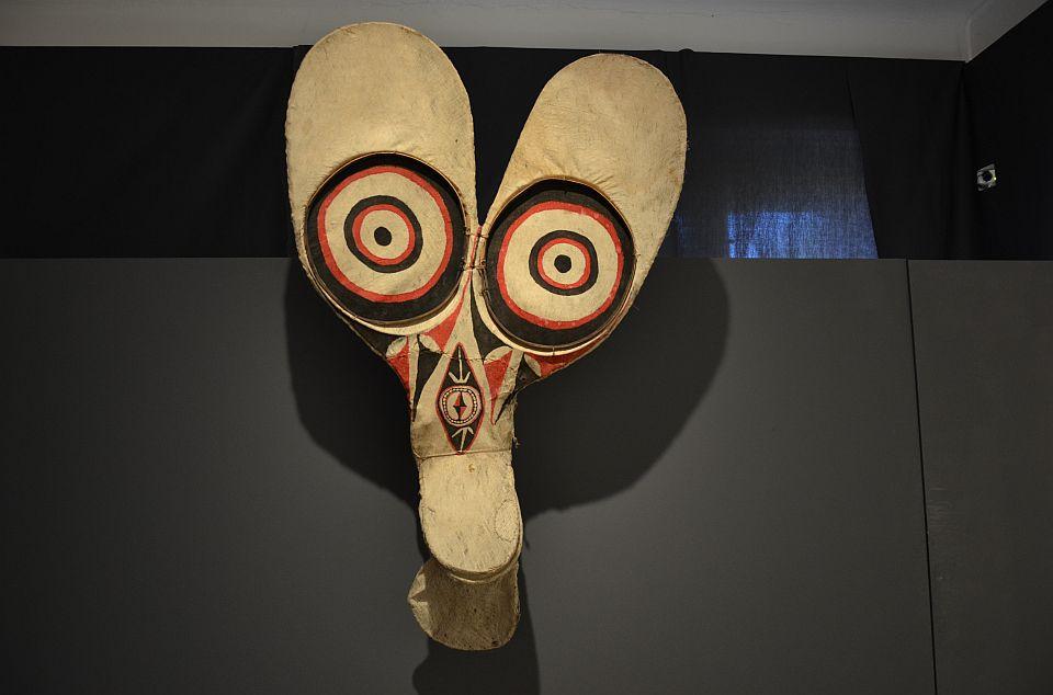 Taneční maska vyrobená z tapy na ratanové kostře.