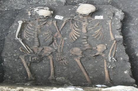 Rumunští archeologové našli v roce 2013 poblíž kláštera ve městě Kluž hrob s ženskou a mužskou kostrou. Jde o předchůdce Romea a Julie?
