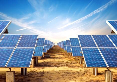 Přeměnu slunečního záření na elektřinu pomocí solárních panelů vyzkoušel poprvé v roce 1883 americký vynálezce Charles Fritts. Slavný fyzik Albert Einstein pak dostal za teorii fotoelektrického efektu v roce 1921 Nobelovu cenu za fyziku. Nicméně až v roce 1954 se podařilo v Bellových laboratořích vyrobit první použitelné solární články. Výrobní cena ale byla v té době proti elektřině z uhelných elektráren až 100krát vyšší. Dnes je však solární energie schopna napájet 40 000 000 domácností ve světě. Množství sluneční energie dopadající na zemský povrch je přitom tak obrovské, že by celkovou současnou spotřebu elektřiny pokrylo 6000krát.