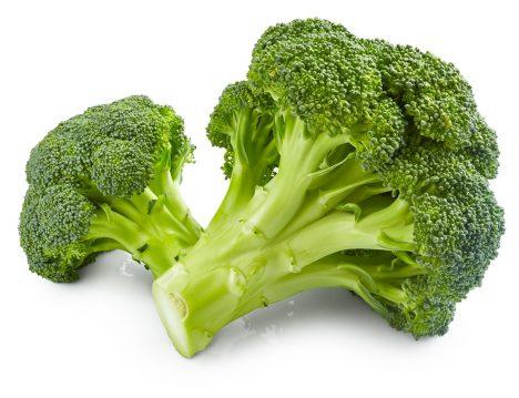 Brokolice obsahuje velké množství vitaminůB5 aC. Hlavně vitaminy skupinyB pomáhají sřadou důležitých procesů, které se odehrávají vlidském těle. Brokolice navíc ochrání vaše plíce před toxiny, obsahuje totiž také gen soznačenímNrf2, který mimo jiné posiluje buněčné stěny před napadením takzvanými volnými radikály.
