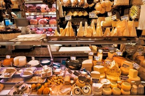 Na světě jsou desítky druhů nejrůznějších sýrů, základní princip výroby je ale všem společný.