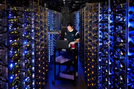 Prvními průkopníky byli inženýři z IBM, kteří představili experimentální systém IBM M44/44X založený na sdílení počítačového výkonu už v 60. letech minulého století. Nicméně počítačová technologie nebyla na takové úrovni, aby byla tato služba pro zákazníky zajímavá. Až díky neustálému zvyšování výkonu a rychlosti počítačů a také masové oblibě internetových služeb jako Facebook, Skype nebo Twitter, se ale nakonec tato technologie stala páteří internetu. Dnes již může kdokoli velmi snadno a velmi rychle získat obrovský výkon přesně dle potřeby. Firmám odpadá nutnost starat se o hardware, stačí si koupit přesně tak dimenzovaný výkon, který je potřeba.
