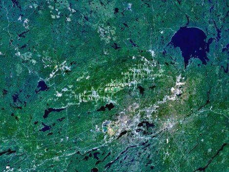 Satelitní snímek ukazuje oblast kanadského kráteru po dopadu komety u města Sudbury, jde o oválné údolí v centru snímku.