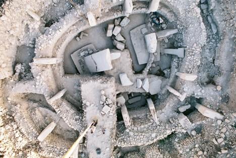 Výsledky sond ukazují, že v neodkryté části vykopávek zbývá k prozkoumání nejméně 14 dalších megalitických staveb.