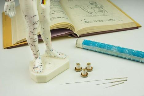 První písemné zmínky o čínské medicíně se datují do 2. tisíciletí před naším letopočtem. Základní lékařské texty ale byly sepsány teprve mezi lety 206–25 př. n. l.