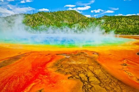 Od roku 2001 je vulkán Yellowstone pod nepřetržitým dohledem vědců. Pomocí seismografů měří otřesy, které vypovídají o pohybech horké vody a magmatu.