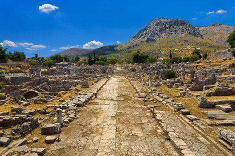 Po bohatém a slavném městě mnoho nezbylo a z chrámu nevěstek na kopci za městem jsou patrné jen stopy obvodových zdí.