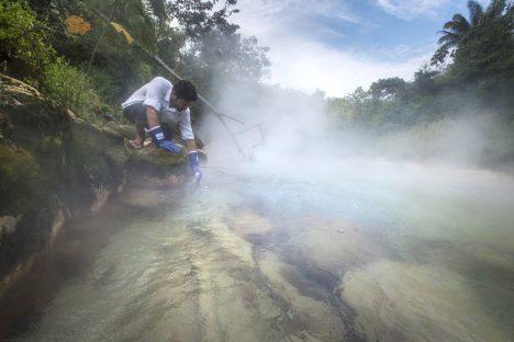 Geolog a cestovatel Andrés Ruzo nalezl polohu řeky pomocí svědectví své tety, která ji v dětství navštívila.