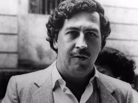 Escobar byl jedním z největších drogových dealerů v historii. Ovládal obchod s drogami na celém americkém kontinentě, jeho chapadla ale mířila až do Asie. V roce 1993 byl zastřelen na útěku z vězení.