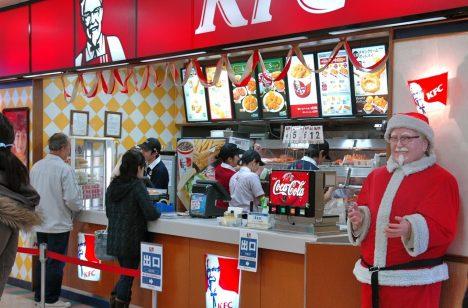 Vánoce v Japonsku jsou dnem jako každý jiný. Štědrý den dokonce ani není národním svátkem. Místní si i přesto vánoční svátky oblíbili a utvořili vlastní tradice. Tou nejbizarnější je zcela jistě návštěva KFC. Rodiny do fastfoodového řetězce vyráží pro speciální vánoční kyblík, který je typický pro jejich štědrovečerní tabuli. Smažené kuře je tu na Vánoce tak populární, že si ho musíte objednávat i několik týdnů předem.