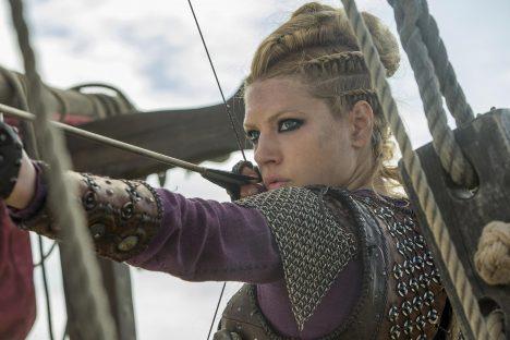 """Zatímco v Evropě to ženy neměly v době temného středověku vůbec snadné, u Vikingů si žily docela dobře. """"U Vikingů měly ženy rovnoprávné postavení. Když muž odjel, přebírala žena veškerá práva včetně rozhodování o majetku, dokud se nevrátil,"""" popisuje archeoložka Elise Naumannová. Sice se vdávaly už ve věku kolem 12 let, mohly ale dědit, žádat o rozvod a dokonce dostaly zpět věno, když bylo manželství rozděleno."""