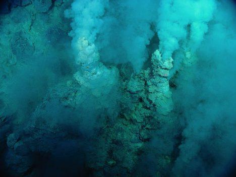 Roztavené horniny ochlazované mořskou vodou vytvořily ideální podmínky pro vznik horkých pramenů.