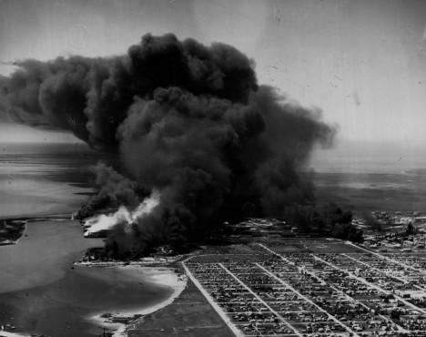 Požár se po explozi rozšířil i na pevninu, plameny zasáhly i nedalekou ropnou rafinérii.