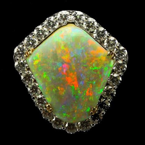 Opál je vlastně sloučenina křemene a vody, jak přesně vzniká, zatím nebylo uspokojivě vysvětleno.  Určitě na tom ale má podíl vysoká teplota a tlak.