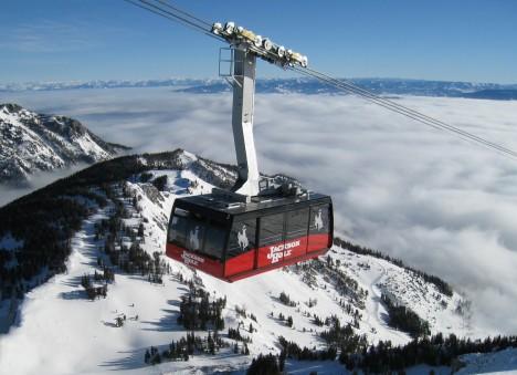 Mezi profesionálními lyžaři je rezort Jackson Hole v americkém Wyomingu pověstný. Čím? Těmi nejnebezpečnějšími svahy. Místo je proslulé ale také svou extrémní lanovkou, která šplhá do nadmořské výšky přes 3000 metrů na vrchol hory Rendezvous. Kabina lanovky je oproti jiným přímo obrovská a pojme téměř 100 lidí.