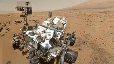 Podobně, jako se očekává od mimozemšťanů, se chovají i lidé. Vzdálené světy prozkoumávají jejich stroje.
