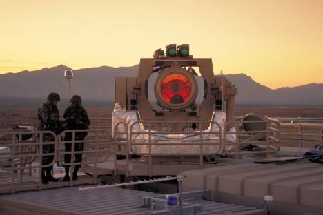 Velká spotřeba energie u laseru vyžaduje stále rozměrné generátory pro jejich napájení. Do deseti let, však mají být tak kompaktní, aby mohly být použity v letadlech.
