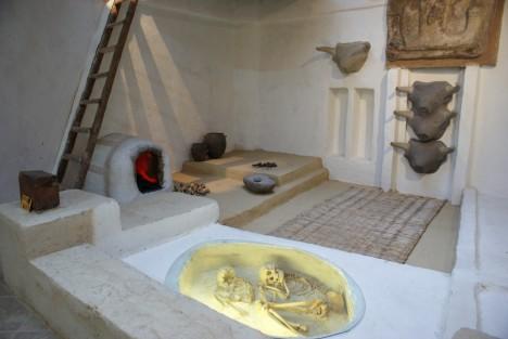 Obyvatelé města Çatalhöyük měli také zvláštní pohřební rituály, své blízké totiž pohřbívali přímo pod podlahou domů.