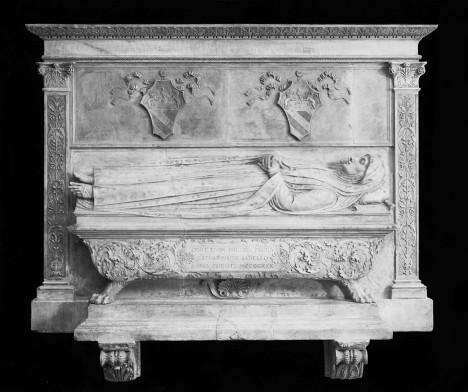 Italský sochař Alceo Dossena si velmi cenil starého antického umění, a proto svá díla tvořil podobným rukopisem a dokonce i technikou. Vynikající kvalitu soch a plastik pak zneužil jeho překupník. Začal je totiž tajně prodávat jako pravá historická díla. Například hrobku, za kterou od bostonského muzea dostal 100 000 dolarů, nic netušícímu Dossenovi však zaplatil jen dvě stovky.