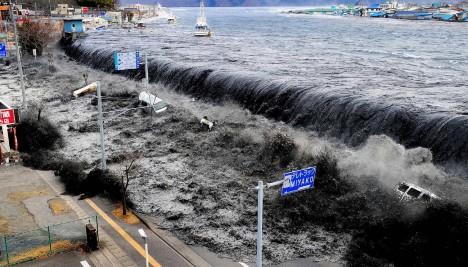 Ohromné podmořské zemětřesení mělo epicentrum pouhých 130 kilometrů od pobřeží a první tsunami narazily na japonské břehy už 10 minut po otřesech. Vlny na některých místech dosahovaly výšky desetipatrových domů a byly schopné šířit zkázu až 15 kilometrů do vnitrozemí. Největší tsunami zasáhla přístav na poloostrově Omoe, měla výšku 38,9 metru.