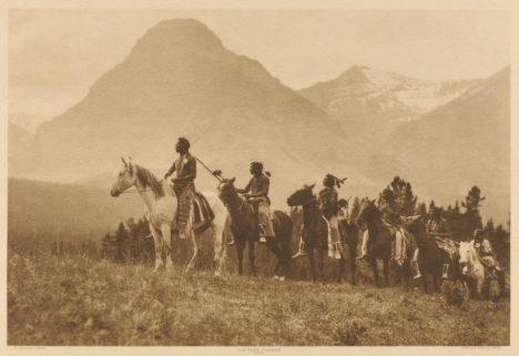 Nikdo přesně neví, jak a kdy vznikla posvátná stezka protínající od severu kvýchodu prakticky celou Severní Ameriku. Je možné, že ji lidé používali již vdobě ledové. Ojejí existenci se však svět dozvěděl zvyprávění indiánů. Stezku vedoucí zdnešního Yukonu až do Nového Mexika totiž používal kmen Černonožců, nejčastěji kvůli obchodu nebo při hledání partnerky. Přezdívali jí Páteř světa.