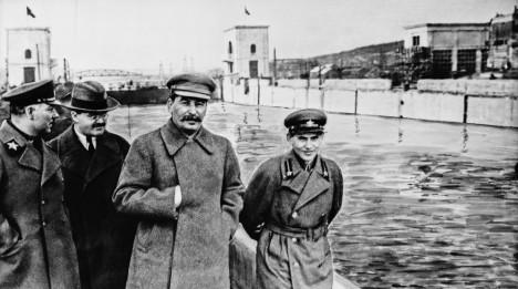 Hlavní organizátor procesů Nikolaj Ježov (vpravo) na snímku se Stalinem.