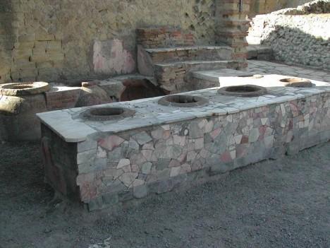 Jídlo v rychlém občerstvení ve starověkém Římě a Řecku se vkládalo do zapuštěných hliněných misek.