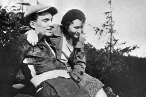 Julius Fučík se svojí ženou Gustou, která rukopis reportáže po válce připraví k vydání.