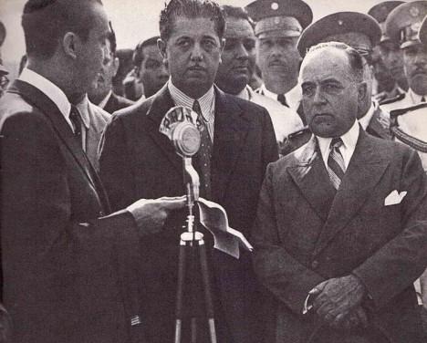 Juscelino Kubitschek diskutuje s Beneditem Valaradesem a Getúlien Vargasem. Právě oni stojí v pozadí jeho vstupu do politiky.