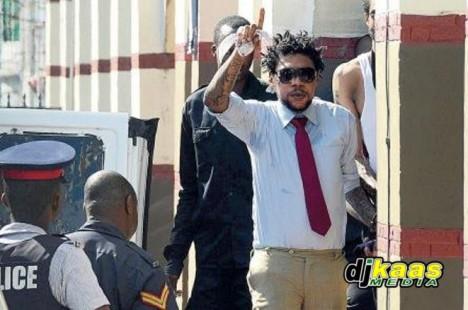 Kartel před soudní budovou 21. listopadu 2013.