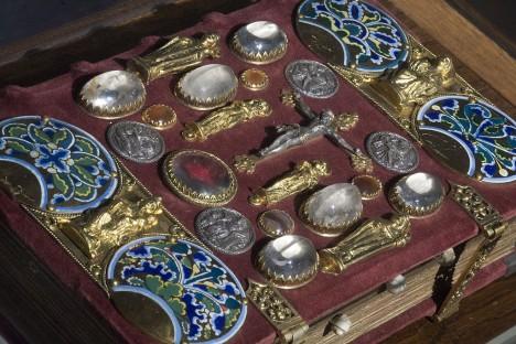 Knihovna obsahuje řadu cenných exemplářů nevyčíslitelné hodnoty. Barokní bible je nákladně zdobená.